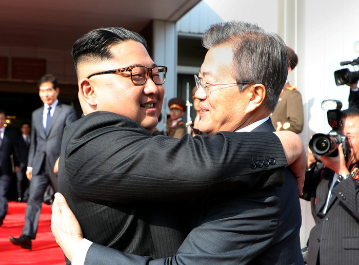 moon-hugs-kim-15273351789853586222.jpg